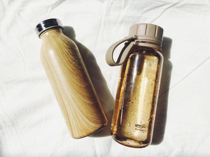 最近は二刀流。大学2年生の春に買ったドウシシャのステンレスボトル(左)と、その暫く後に買ったリバースのクリアボトル(右)。