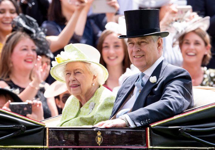 Isabel II y su hijo, el príncipe Andrés, en junio de 2019.