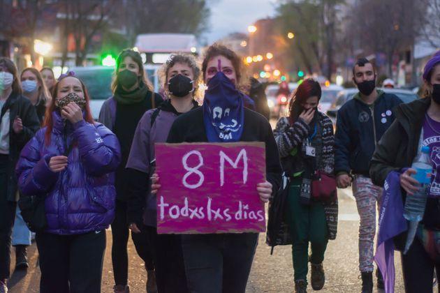 Un grupo de mujeres se manifiesta en Madrid durante el 8-M, a pesar de la