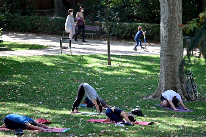 Un grupo de personas hacen deporte en el Parque del Retiro de Madrid.