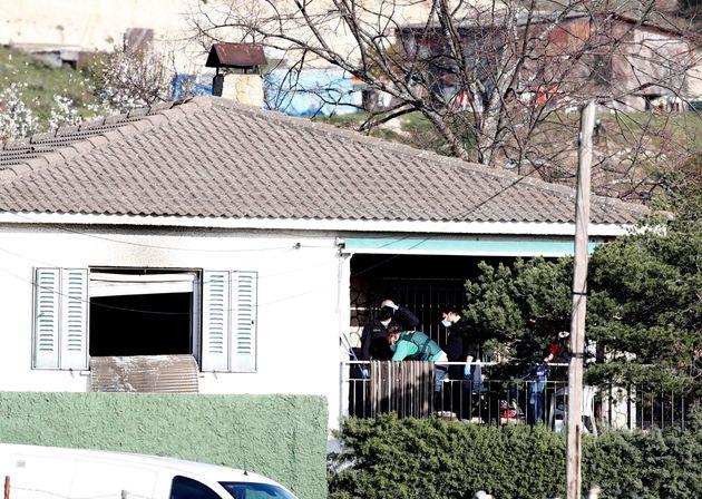 Vista de la vivienda en la que tres personas -un hombre, una mujer y una niña- han muerto este martes...