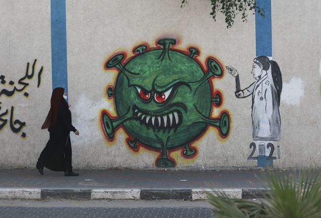 전 세계 거리 예술가들이 백신 접종과 함께 코로나19 종식 염원을 담은 그림을 그리고 있다