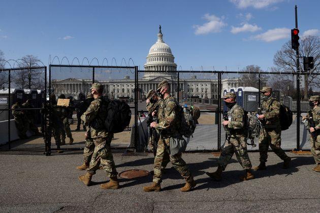 Miembros de la Guardia Nacional, apostados en los alrededores del Capitolio, aún rodeado de