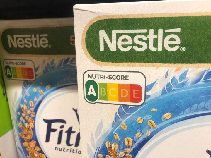 El semáforo nutricional Nutri-Score en una caja de cereales.