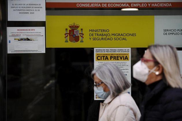 Dos mujeres haciendo cola en la Consejería de Economía, Empleo y