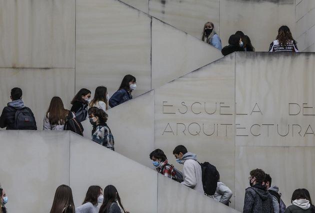 Varios estudiantes acuden a clases en una facultad de la Universidad de