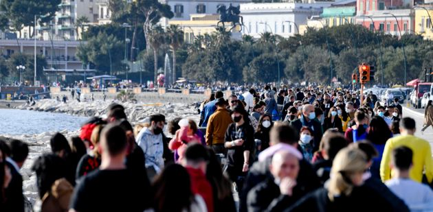 Il lungomare di Napoli affollato nei giorni