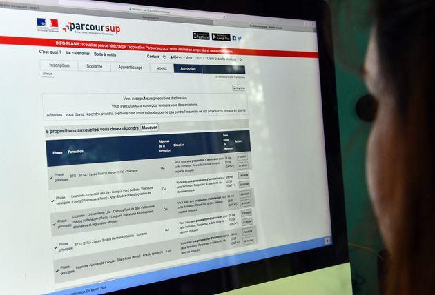 Une lycéenne consultait les résultats de ses voeux sur Parcoursup le 22 mai