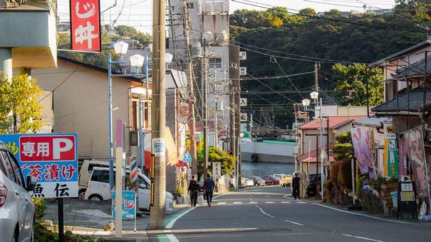 真鶴町。漁港から続く急勾配の道に商店街がある