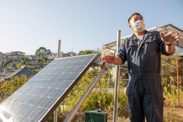 ソーラーパネルの解説をする太陽住建