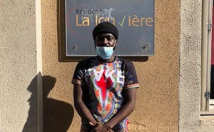Ronaldo Mbumba devant la maison de retraite de La Louvière à Aurillac dans le
