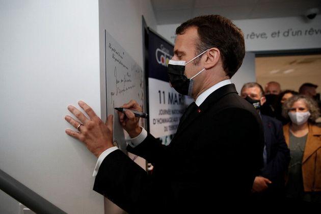 Emmanuel Macron, ce jeudi 11 mars 2021, en visite au Groupe Michel Catalano (Dammartin-en-Goele), où...
