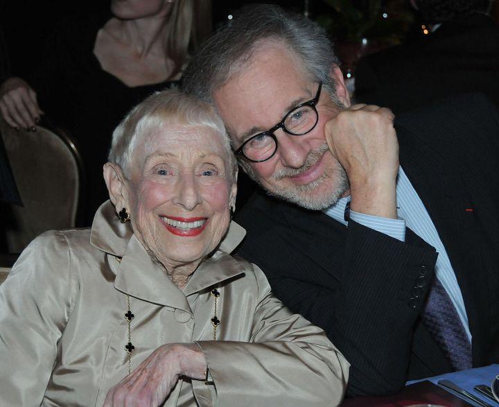 Steven Spielberg y su madre Leah Adler en una cena en Los Ángeles (Estados Unidos).