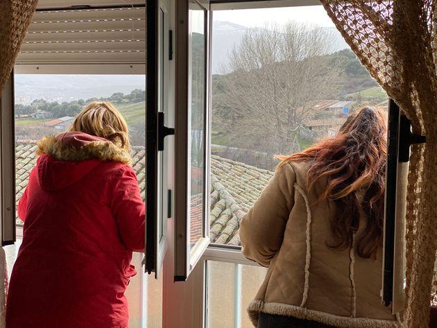 Susana y Tamara se asoman a la ventana de una de las casas que les ofrece la Fundación