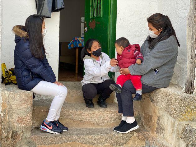 Nancy (derecha), con sus tres hijos en la casa de Muñotello donde viven desde