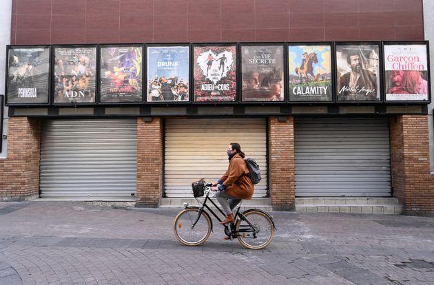Devant un cinéma fermé à Montpellier, le 16 novembre