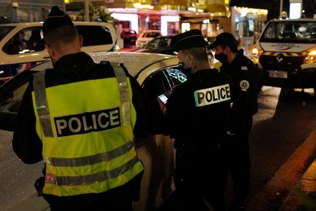 Des conducteurs contrôlés pendant le couvre-feu par des policiers à Nice, le 30 janvier...