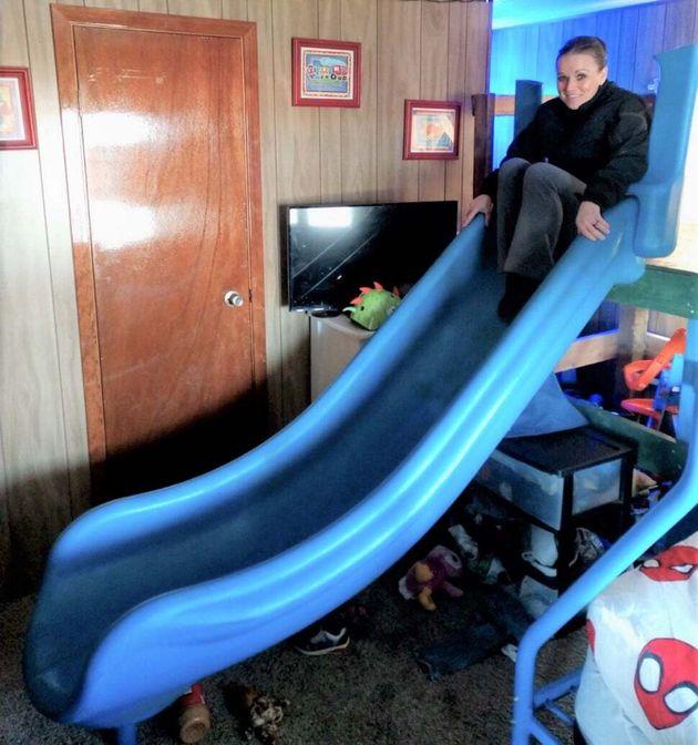 子ども部屋に設置されているのが見つかった公園から盗まれた滑り台