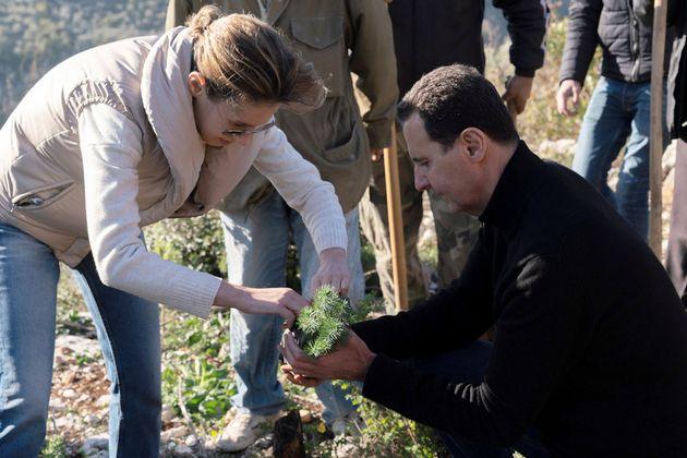 Al Assad y su esposa Asma, plantando árboles en Draykish el pasado 30 de