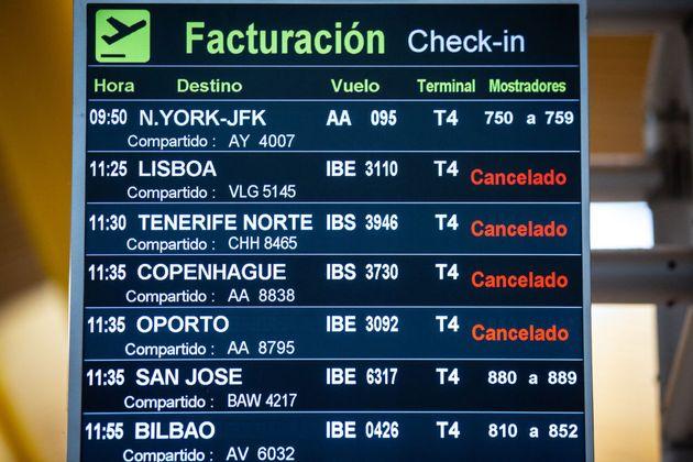 Pantalla de información de vuelos del aeropuerto de Barajas con vuelos cancelados durante el estado de