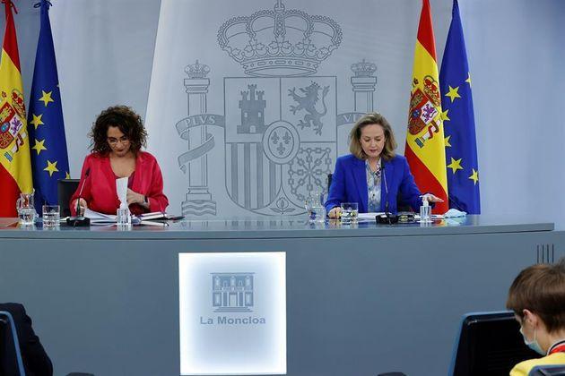La ministra de Hacienda, María Jesús Montero (izq) y la ministra de Asuntos Económicos, Nadia Calviño,...