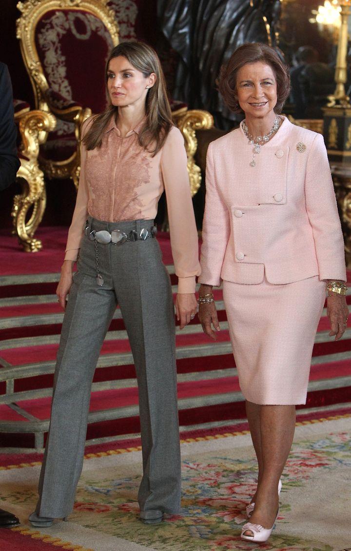 La entonces princesa de Asturias y la reina Sofía en la recepción del Día de la Hispanidad de 2010.