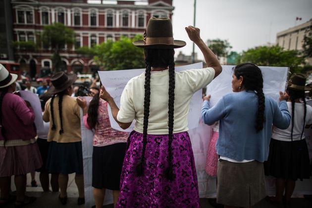 Mujeres andinas víctimas de las esterilizaciones forzadas protestan en Lima el 10 de febrero de
