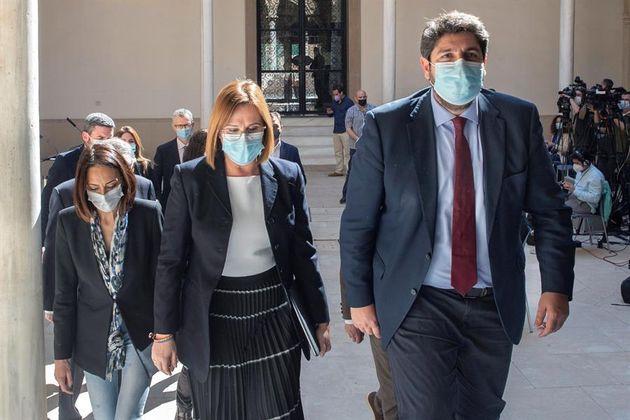 El presidente de Murcia Fernando López Miras (d) junto a sus 'socios' de