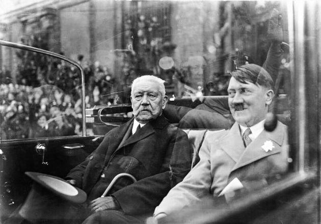 El presidente de Alemania Paul von Hindenburg y el canciller Adolf Hitler sentados en un automóvil en