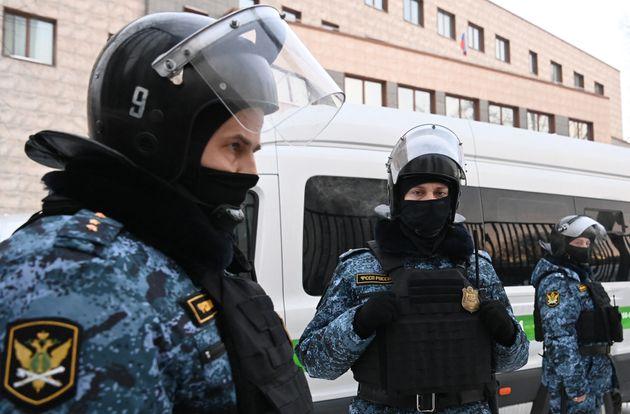 La police monte la garde à Moscou devant le tribunal de grande instance, pendant le jugement d'Alexei...