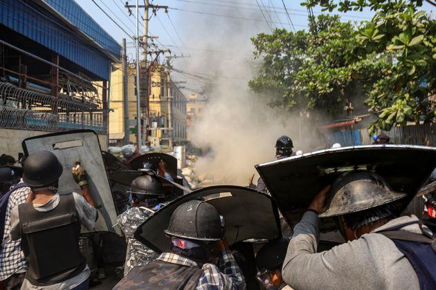 ミャンマーの軍事クーデターや催涙ガスを使った弾圧に対し、抗議するデモ隊=2021年3月13日