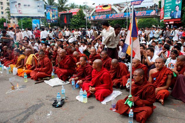 軍政当局が実力行使に踏み切ったにもかかわらず、その翌日にデモ行進に参加しようとミャンマー・ヤンゴン中心部に集まった仏僧と市民たち=2007年08月27日