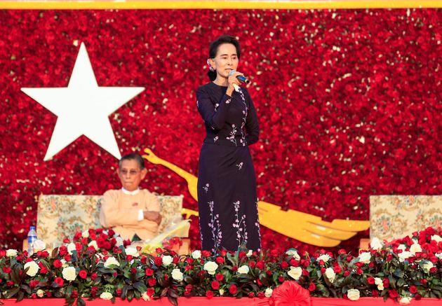 ヤンゴン郊外で行われたミャンマーの国民民主連盟(NLD)の選挙集会で演説するアウン・サン・スー・チー党首=2015年11月01日