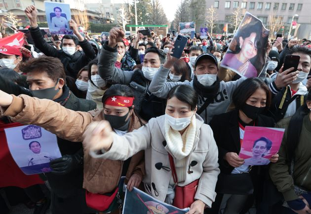 ミャンマー国軍によるクーデターで拘束されたアウン・サン・スー・チー国家顧問やウィン・ミン大統領ら政権幹部の釈放を求める抗議デモ=2021年2月1日、東京都渋谷区