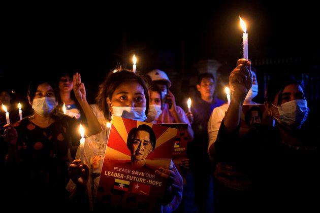 ミャンマーの軍事クーデターや弾圧に対し、キャンドルを持って抗議する人々=2021年3月12日