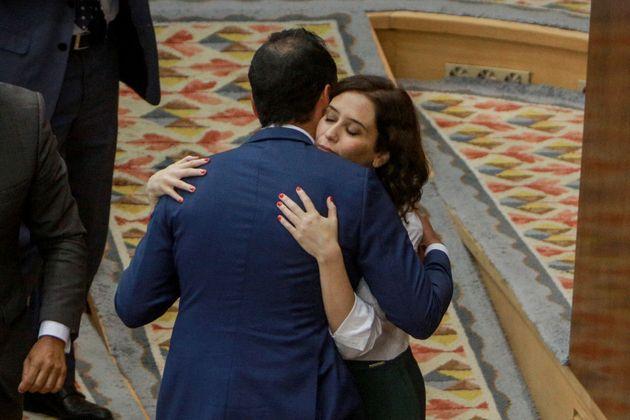 Isabel Díaz Ayuso abraza a Ignacio Aguado tras resolverse la investidura, en