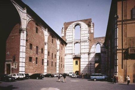 """Immagine del """"Facciatone"""" in piazza Iacopo della Quercia a Siena ai nostri"""