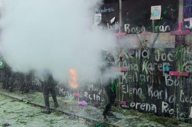 La policía arroja gas lacrimógeno junto al muro de