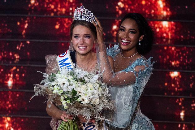 Amandine Petit élue Miss France 2021 aux côtés de Clémence Botino, Miss France 2020, le 20 décembre