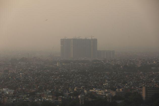 Sur cette photo prise le 26 ocotbre 2020, les bâtiments de New Delhi sont à peine visible dans le brouillard...