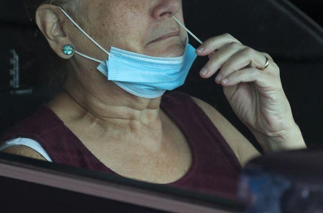 Une patiente réalise un autotest covid grâce un écouvillon nasal à Miami, en Floride. Photo