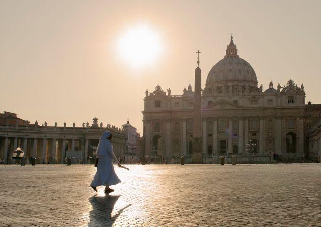 Una monja, caminando en la plaza de San