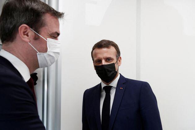 Le président Emmanuel Macron et le ministre de la Santé Olivier