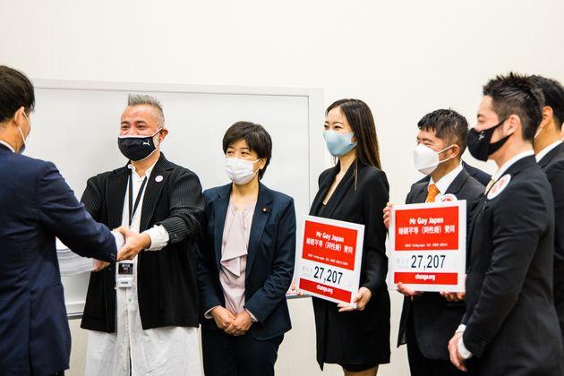 3月16日、国に日本でも同性婚の実現を求める署名2万7207筆と要望書が提出され、法務省の担当者が受け取った。