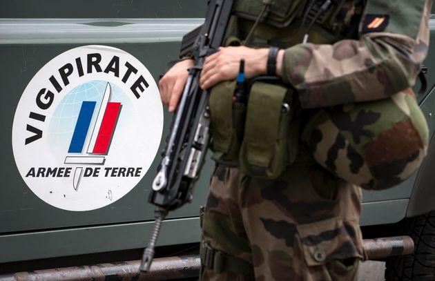 Un soldat français, ici au fort de Vincennes à la périphérie de Paris, en...