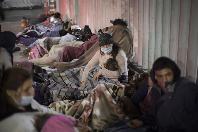 Un grupo de personas duerme en la explanada del Instituto Nacional de Migración cerca del paso fronterizo...