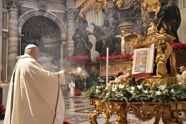 2021년 1월 6일 바티칸에 있는 베드로 대성당에서 미사를 집전하는 프란치스코 교황. 그는 이전까지는 성소수자의 인간적 권리가 침해되어서는 안 되며, 이들의 인권을 법적으로 보호해야...