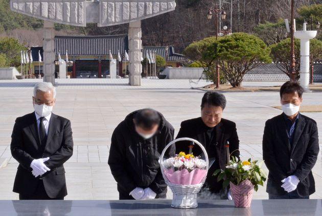 지난 16일 국립5·18민주묘지에서 5·18민주화운동 당시 계엄군으로 참여했던 공수부대원 A씨가 오월영령에 묵념하고