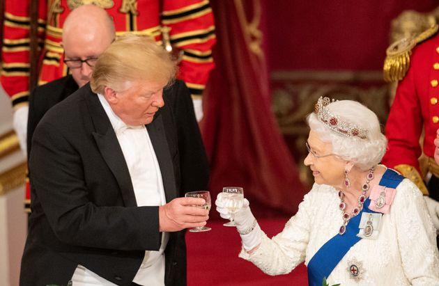 Donald Trump brinda con la reina Isabel II durante su visita oficial a Londres, en