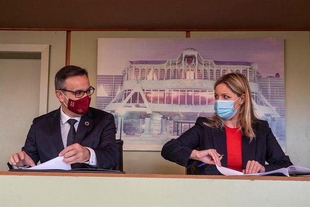 El secretario general del PSOE en Murcia, Diego Conesa (i), y la coordinadora regional de Ciudadanos,...